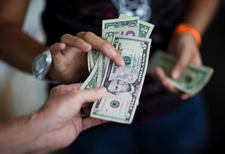Должен ли мужчина давать деньги женщине