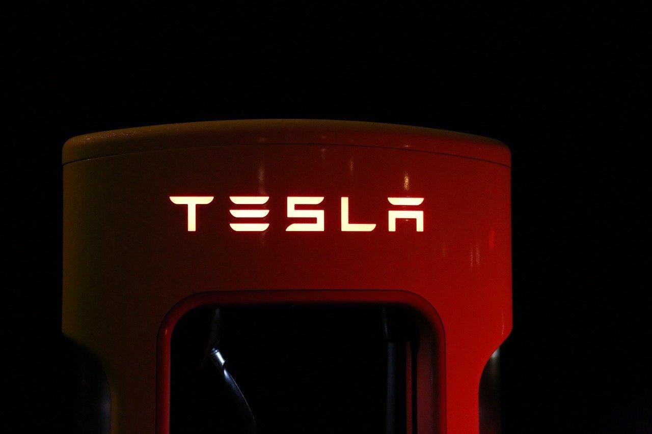 Акции Tesla выросли 24 мая в понедельник, но во вторник вновь начали снижение